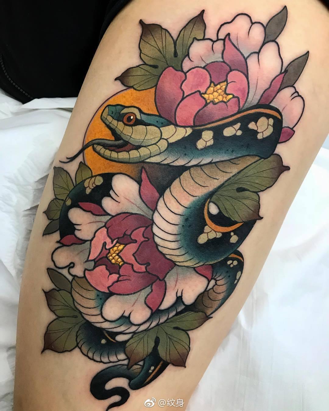 大腿newschool蛇盘牡丹纹身图案