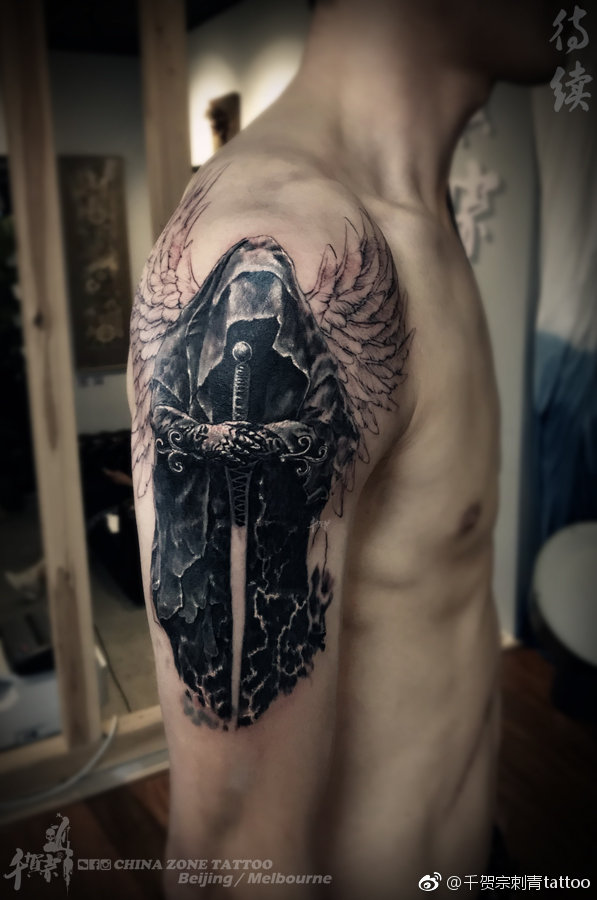 大臂黑灰堕落天使纹身图案