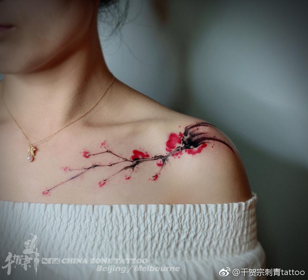 锁骨水墨梅花纹身图案