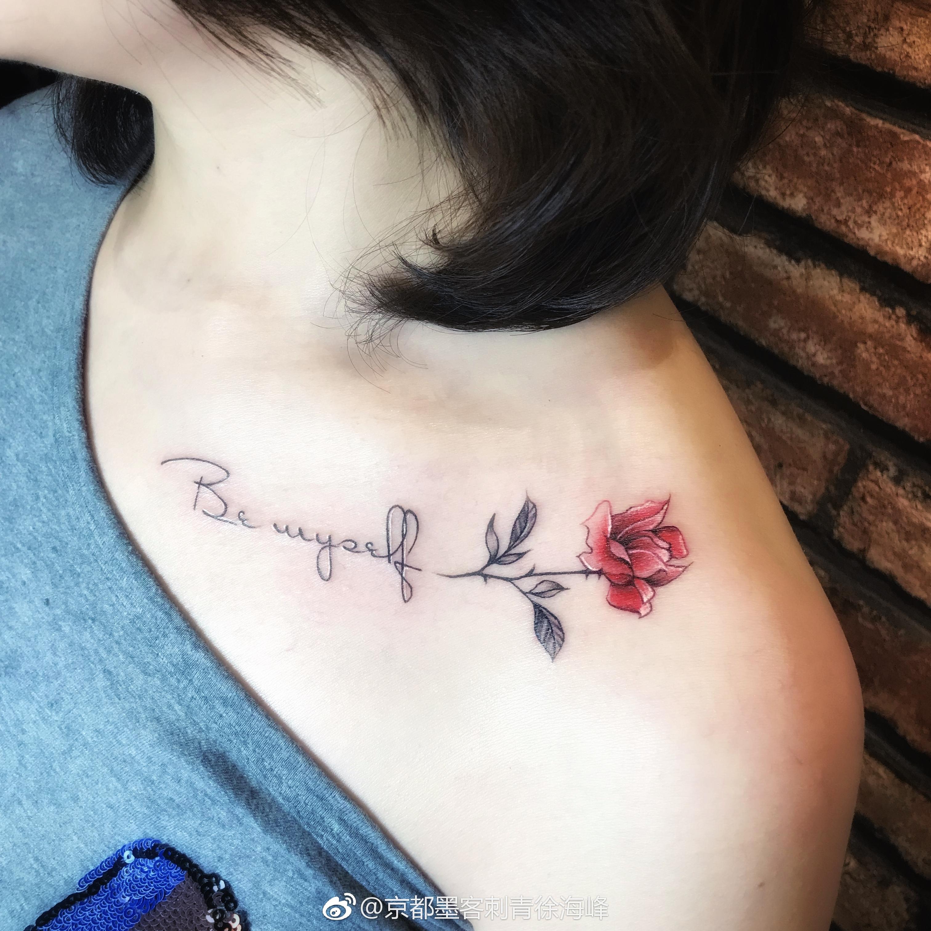 锁骨小清新红色玫瑰花苞英文字符纹身图案