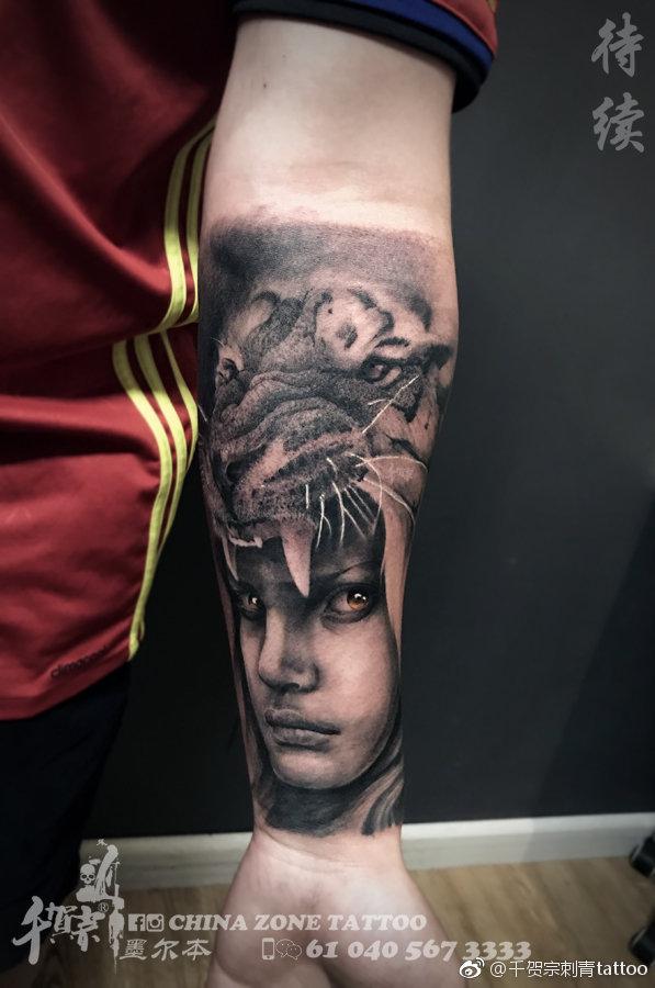 小臂黑灰写实美女虎头纹身图案